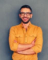 Homem de óculos e cabelo grisalho a sorrir de forma confiante