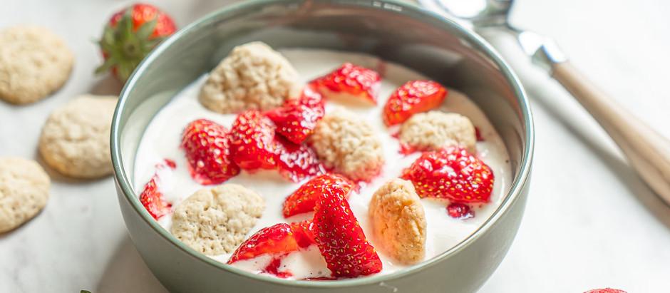Koldskål med kammerjunker og jordbær