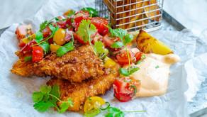 Fish n` chips med tomatsalat og chilimajones