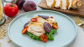 Kyllingbryst med brokkolipasta, bakt løk og tomat