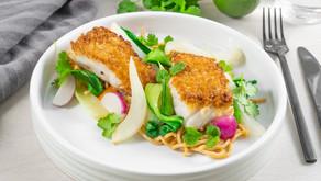 Sprøstekt torsk med nudler, grønnsaker og red curry.