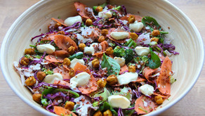 Salat med indiske smaker, yoghurt dressing og crispy kikerter