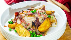 Lettsaltet torsk med roastet potet, sprøtt bacon og løk vinaigrette.