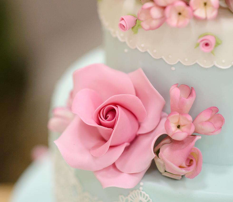 Francine Machado - Rosa e flores de açúcar