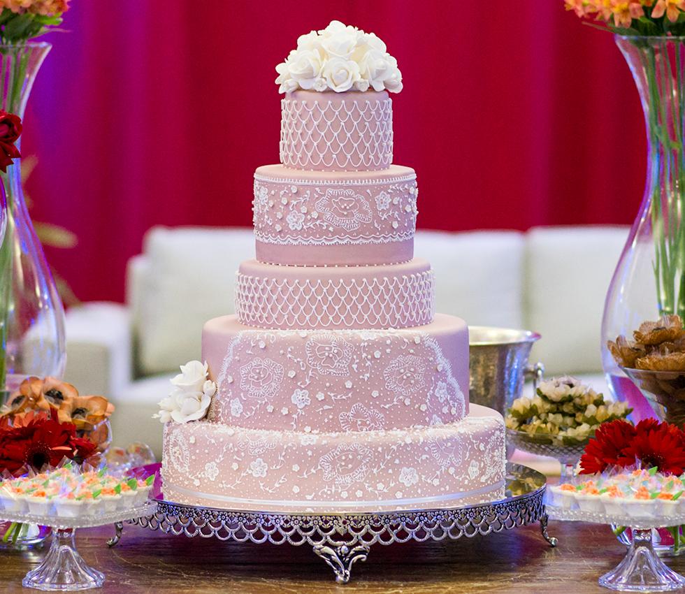 Francine Machado - Bolo de casamento, rendado a mão, 5 andares, topo com flores de açúcar