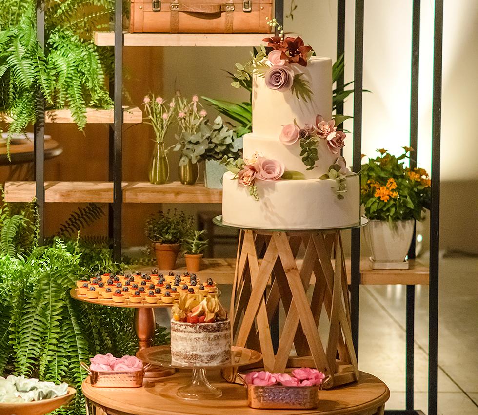 Francine Machado - Mesa moderna decorada com bolos e doces