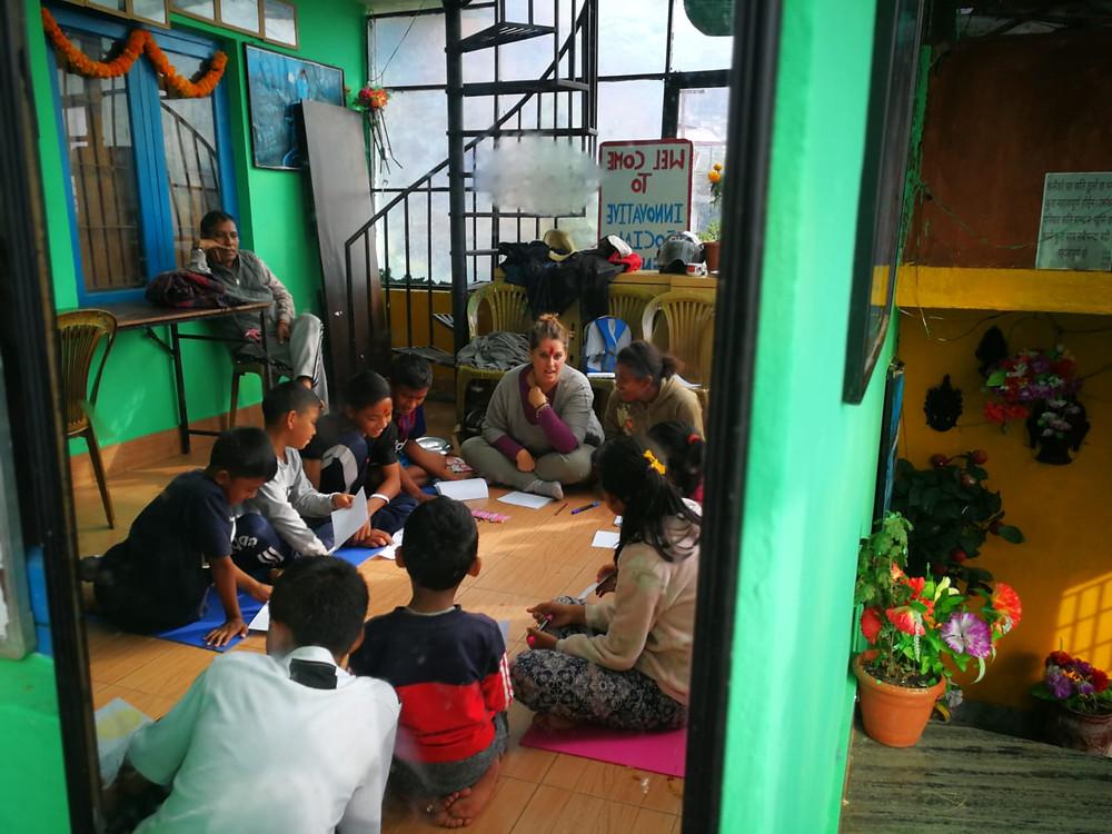 Anna Carlota en una sesión de arte terapia en Nepal