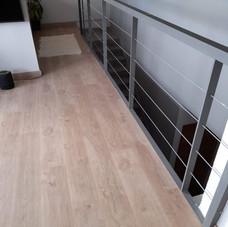 integración de suelo laminado y barra de escalera de aluminio