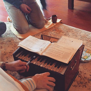 Harmonium cours de yoga du chant angers - yoga traditionnel angers