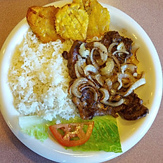 Steak grilled with onions / Biste encebollado