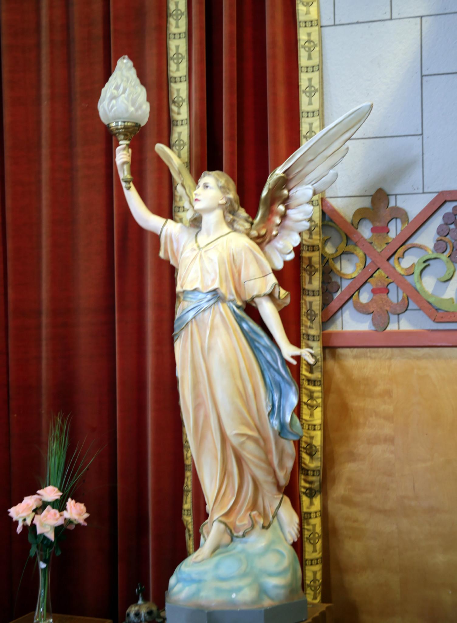 Ange près de l'autel