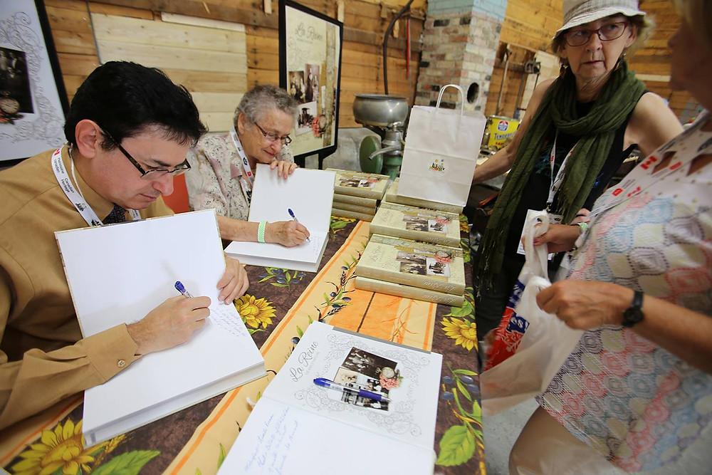 Gérald Doré et Marie-Claire Piché signent des dédicaces