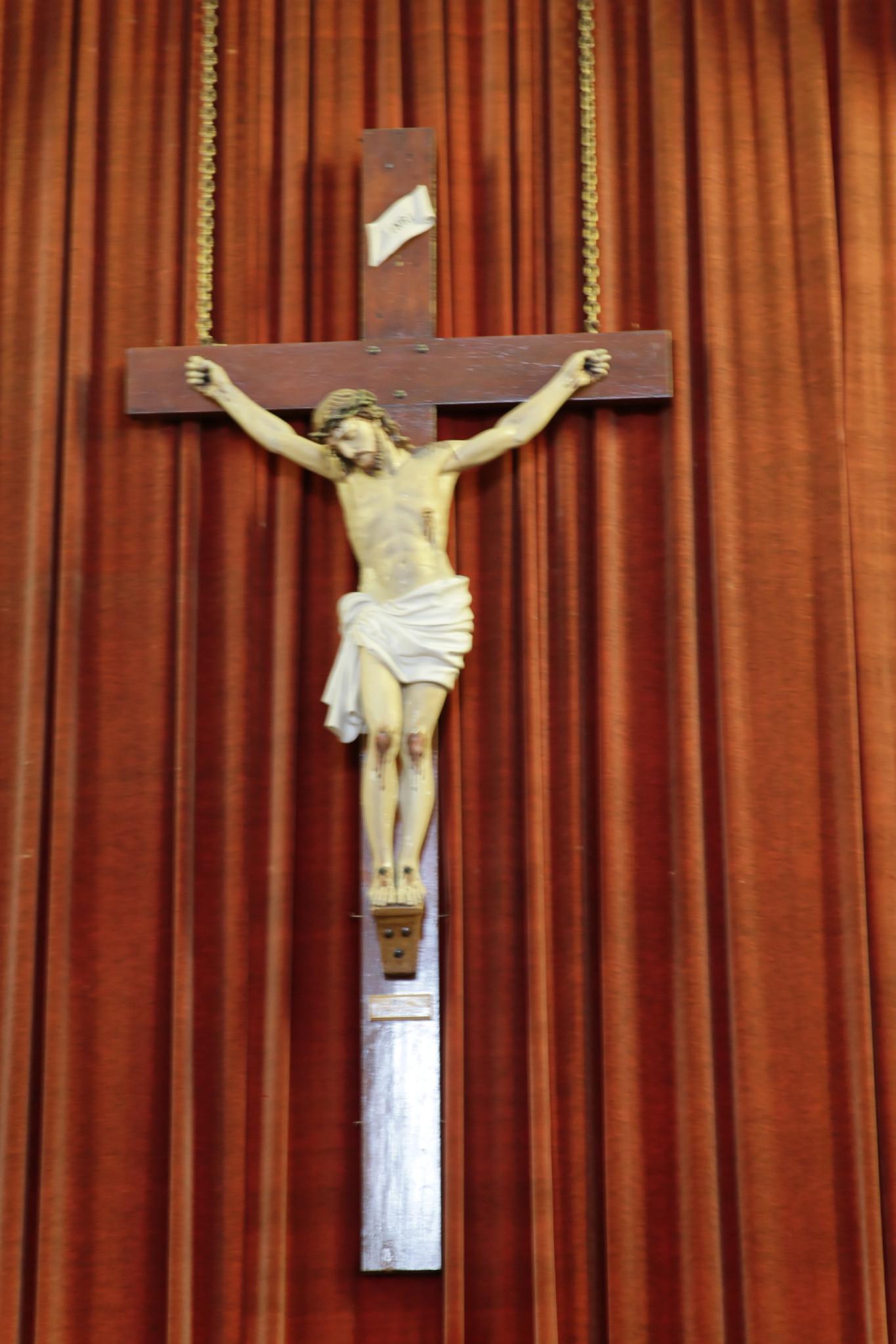 Crucifix derrière le Maître-Autel