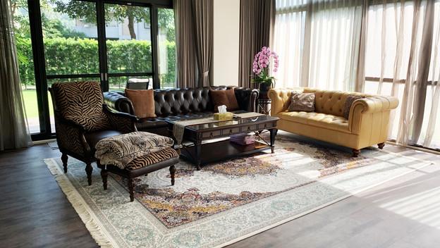 屋主選擇兩款地毯搭配換季交替鋪設。
