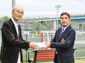 桐蔭横浜大学サッカー部が青葉区サッカー協会にマスク4000枚を寄贈し、10月3日に谷本公園で贈呈式が行われました!