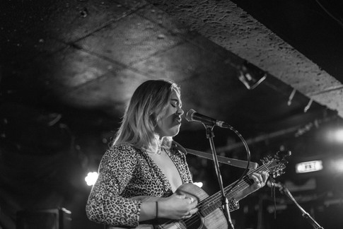 King Tuts gig with singer-songwriter busker musician Jodie Knight and guitar