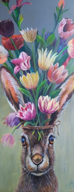 Haas met tulpenboeket