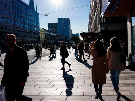"""'집단 면역' 스웨덴도 """"지역봉쇄 검토""""…가을 재확산 못 피했다"""
