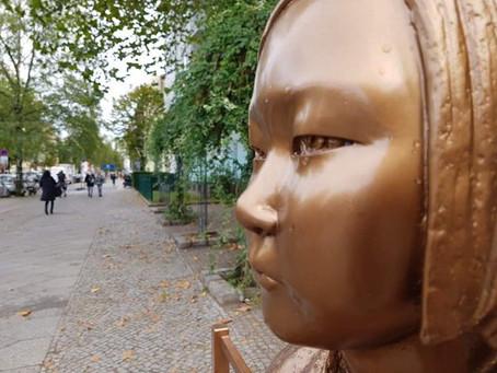 """슈뢰더 부부도 나섰다, 베를린 소녀상 철거에 """"반역사적 결정"""""""
