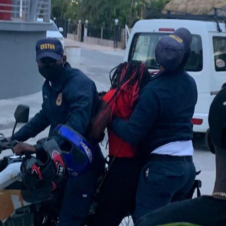Agente de Cestur Bávaro hala por el pelo mujer se resistía ser arrestada