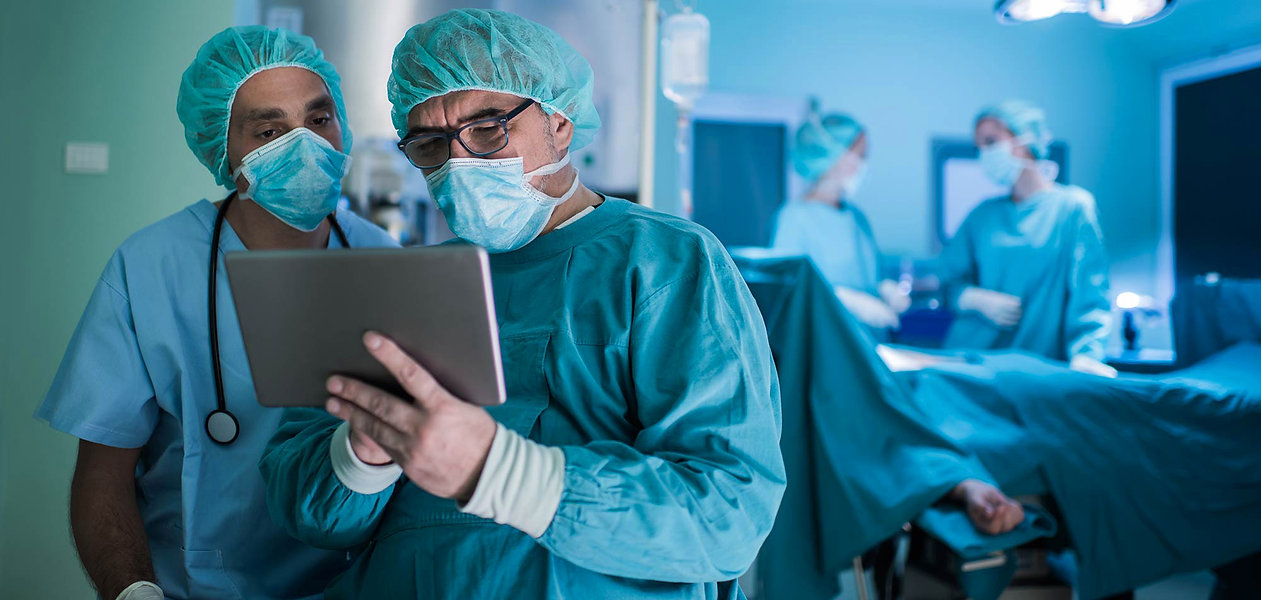 MEDICAL-NOTE   Surgeons with tablet