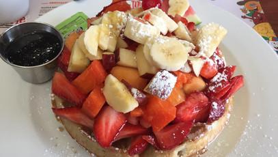 たっぷりのったフルーツにテンションUP! Casa del Waffleはグアダラハラの朝ごはんの人気店!