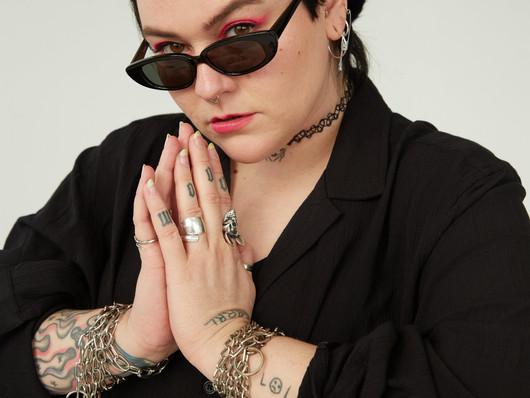 Rebecca Lou har lukket sårbarheden ind i sit rock-univers: »Jeg er stadig en angry bitch. Men...«