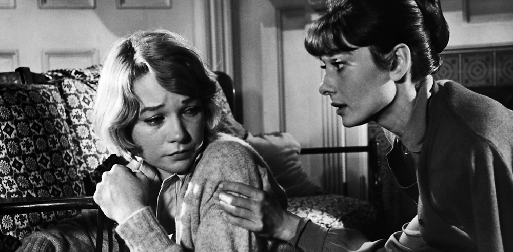 Shirley MacLaine e Audrey Hepburn em Infâmia
