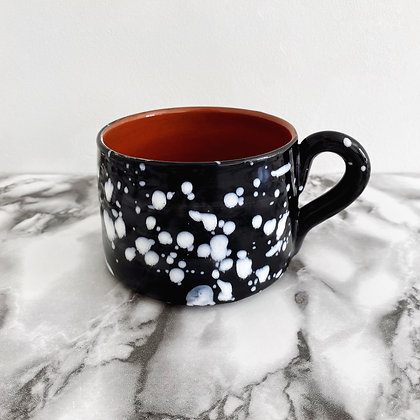 salpico flat mug - black with white dots