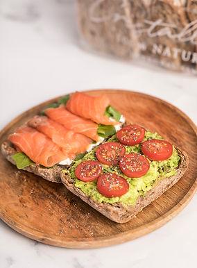Tostadas de salmon con aguacate con pan integral 100% natural elaborado con masa madre y envasado, precortado y congelado