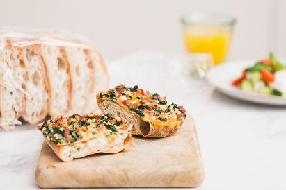 Receta de pan Cristallino tostado con huevos, espinacas y jamón