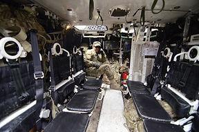 Soldat à l'intérieur d'un camion