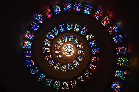 stained-glass-spiral-circle-pattern-glas