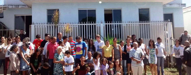 fachada frontal com povo Igreja de Deus_edited
