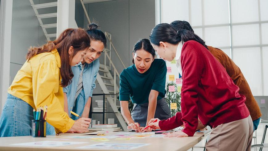 asian-businessmen-businesswomen-meeting-
