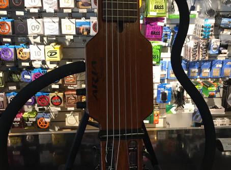 Aria Silent Guitar! Helcool nylonsträngad. Inbyggd aktiv mikrofon 1999:-