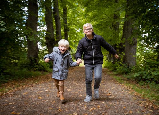 Drenge løber i skoven
