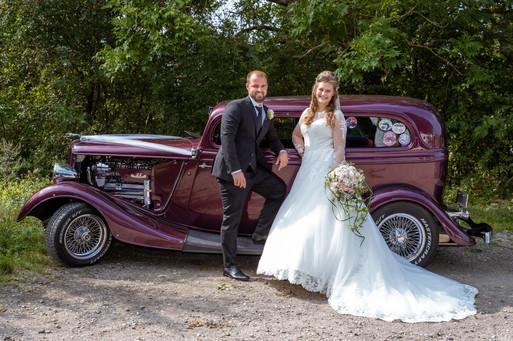 Brudepar ved veteranbil, Nordsjælland