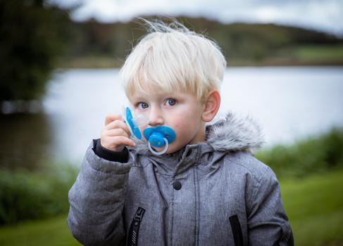 Lille dreng ved sø
