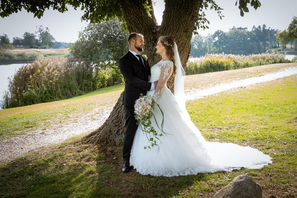 Brudepar i romantisk opstilling ved Bastrup Sø, Nordsjælland