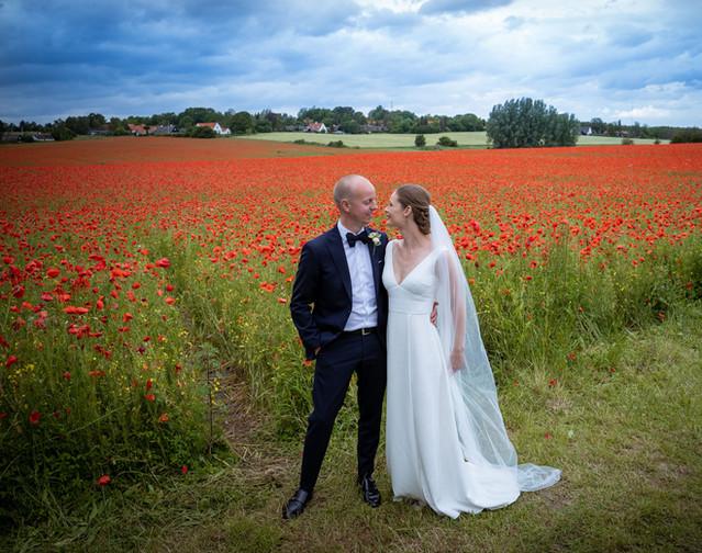 Bryllupsbilleder ved smuk valmuemark i Himmelev ved Restaurant Vigen