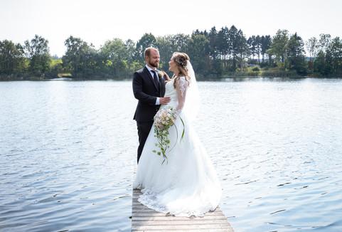 Brudepar på badebro ved vandet i Nordsjælland