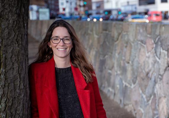 Portrætfoto ved søerne af Anne Marie Berså strategisk rådgiver og forfatter