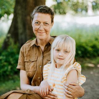 Billede af mor og datter i skoven