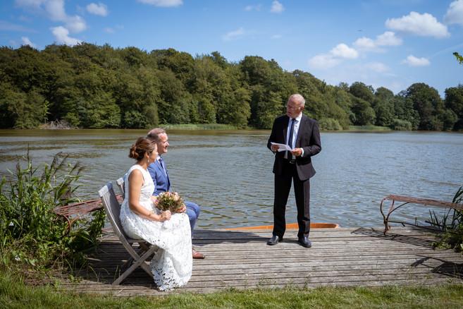 Bryllup i det fri ved søen på Skjoldnæsholm ved Ringsted.