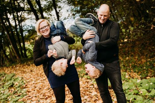 Sjove familiebilleder i skoven