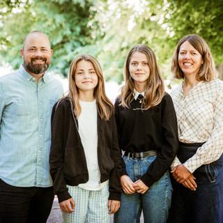 Familiefoto af mor, far og to søstre