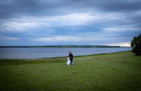 Brudepar går tur ved vandet efter bryllupsmiddagen i Roskilde
