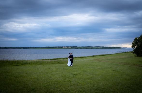 Brudepar på aftentur langs Fjorden i Himmelev ved Restaurant Vigen