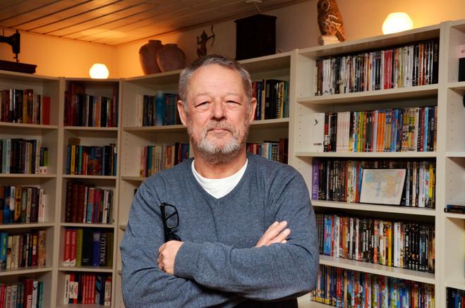 """Portræt af journalist og debattør Johnny Larsen alias """"syg stodder"""" fotograferet i egen stue i Haslev"""